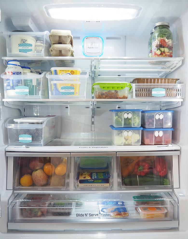 چیدمان داخل یخچال فریزر به صورت مرتب و منظم