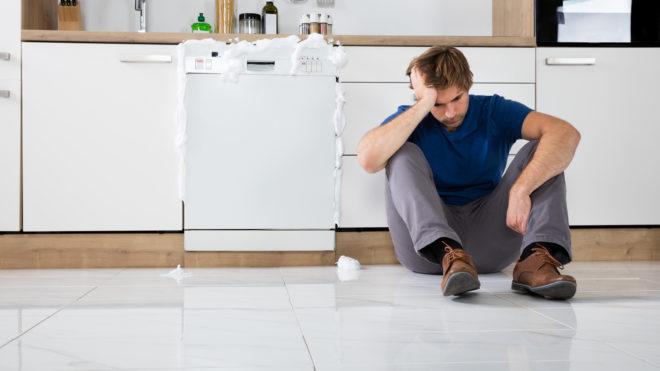 نشتی ماشین ظرفشویی به دلیل مواد شوینده